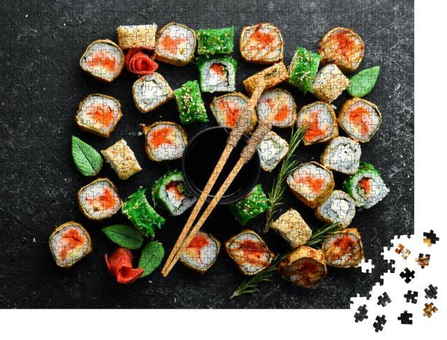 """Puzzle 1000 Teile """"Sushi-Rollen mit Meeresfrüchten auf einer schwarzen Steinplatte, Ansicht von oben"""""""