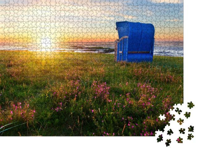 """Puzzle 1000 Teile """"Strandkörbe am Strand von Harlesiel, Ostfriesland bei Sonnenuntergang"""""""