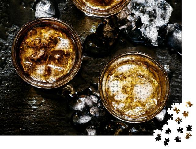 """Puzzle 1000 Teile """"Kalter Whiskey in einem Glas mit zerstoßenem Eis auf einem schwarzen Stein"""""""