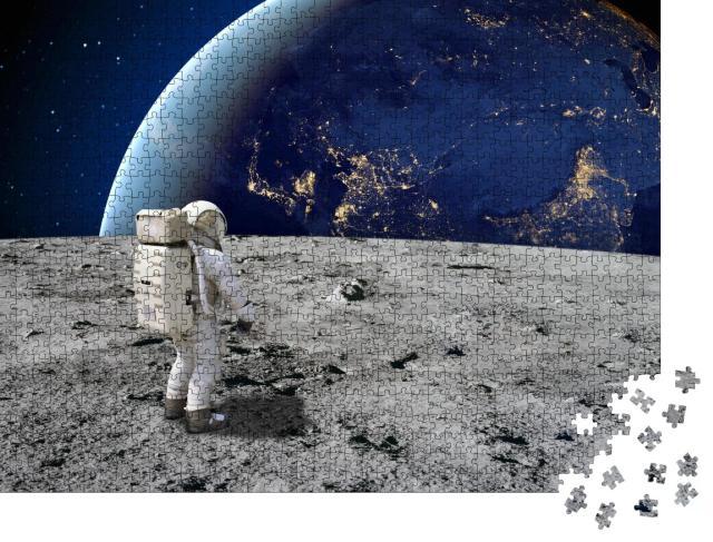 """Puzzle 1000 Teile """"Ein Astronaut steht auf der Oberfläche des Mondes und blickt auf die Erde"""""""