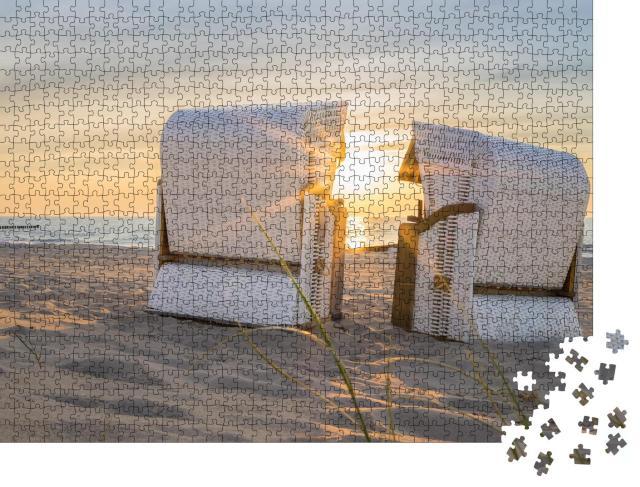 """Puzzle 1000 Teile """"Sonnenuntergang an der Ostsee, zwei Strandkörbe"""""""