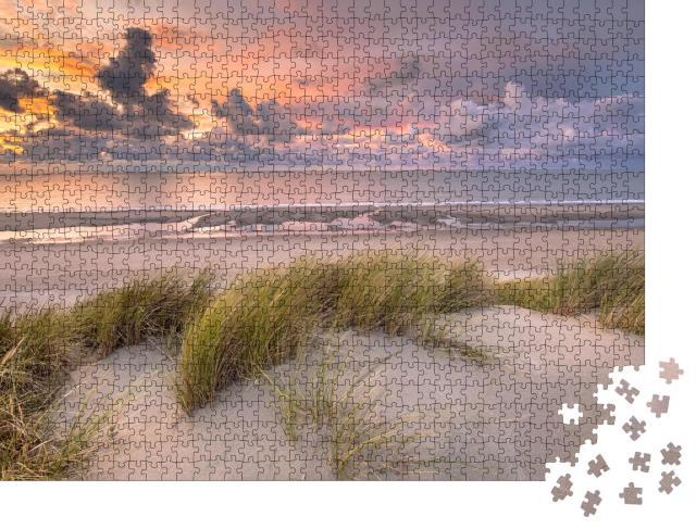 """Puzzle 1000 Teile """"Sonnenuntergang über den Dünen von Zeeland, Niederlande"""""""