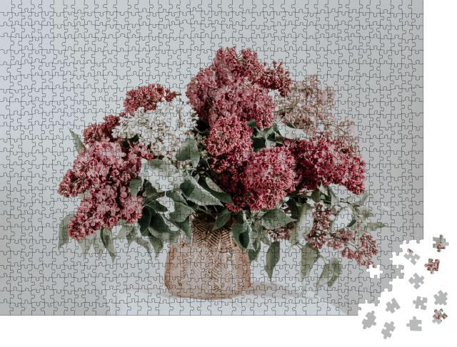 """Puzzle 1000 Teile """"Blumenstrauß mit Flieder in einer rosa Glasvase"""""""