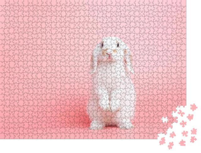 """Puzzle 1000 Teile """"Ein weißes Kaninchen mit Hängeohren posiert vor rosa Hintergrund"""""""