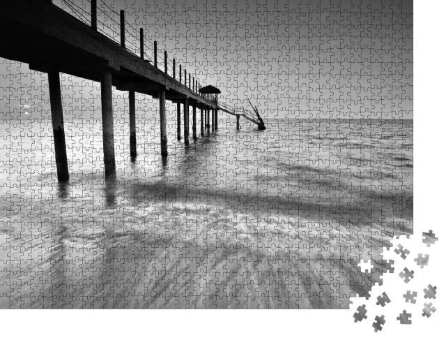 """Puzzle 1000 Teile """"Strand und Steg, schwarz-weiß"""""""