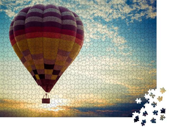 """Puzzle 1000 Teile """"Bunter Heißluftballon bei seiner Reise in den Sonnenuntergang"""""""