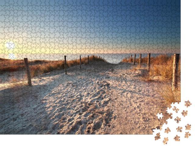 """Puzzle 1000 Teile """"Sonnenlicht über einem Sandweg zum Nordseestrand, Holland"""""""