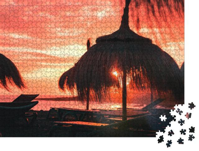 """Puzzle 1000 Teile """"Glühender Sonnenuntergang am Strand"""""""