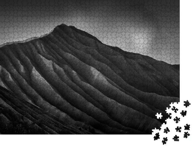 """Puzzle 1000 Teile """"Atemberaubender Blick auf den Vulkan Bromo, Indonesien, schwarz-weiß"""""""