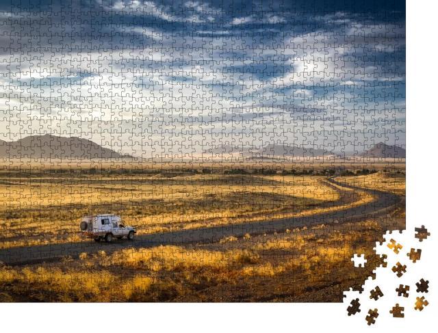 """Puzzle 1000 Teile """"Frühmorgens auf dem Weg zu den Sanddünen von Sossusvlei und Dead Vlei, Namibia."""""""