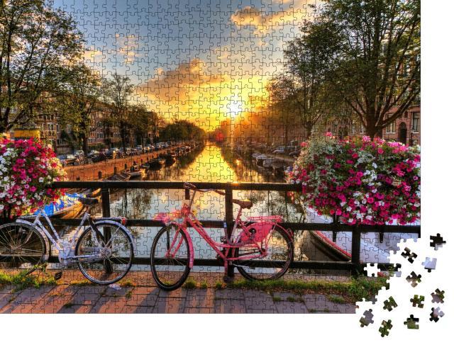 """Puzzle 1000 Teile """"Schöner Sonnenaufgang über Amsterdam, mit Blumen und Fahrrädern auf der Brücke"""""""