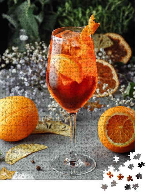 """Puzzle 1000 Teile """"Aperol Spritz: Cocktail auf einem grauen Hintergrund"""""""