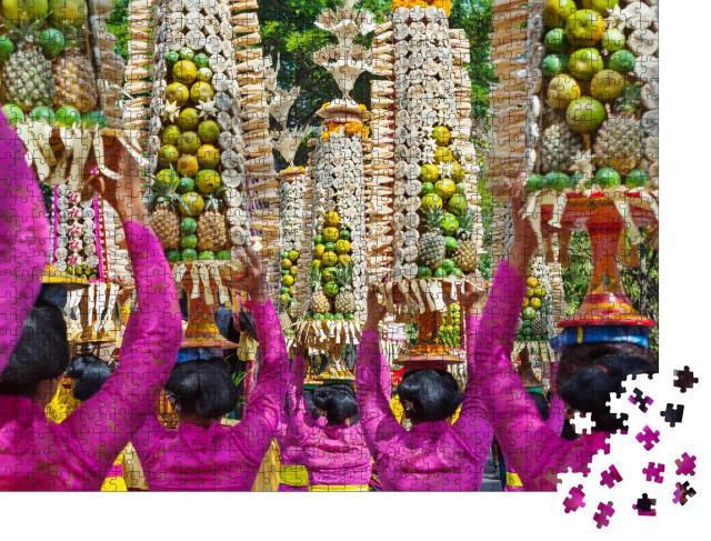 """Puzzle 1000 Teile """"Hindu-Zeremonie auf Bali: Frauen mit Kostümen, Indonesien """""""