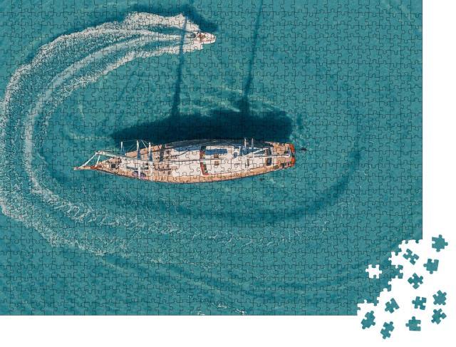 """Puzzle 1000 Teile """"Vogelperspektive: Motorboot, kreisend um eine verankerte Segelyacht"""""""