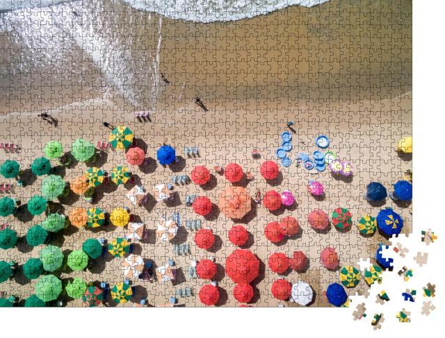 """Puzzle 1000 Teile """"Luftaufnahme von einem Sandstrand mit vielen verschiedenen Sonnenschirmen"""""""