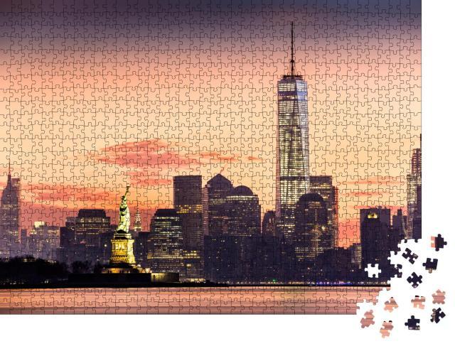 """Puzzle 1000 Teile """"Lower Manhattan mit beleuchteter Freiheitsstatue im Sonnenaufgang"""""""