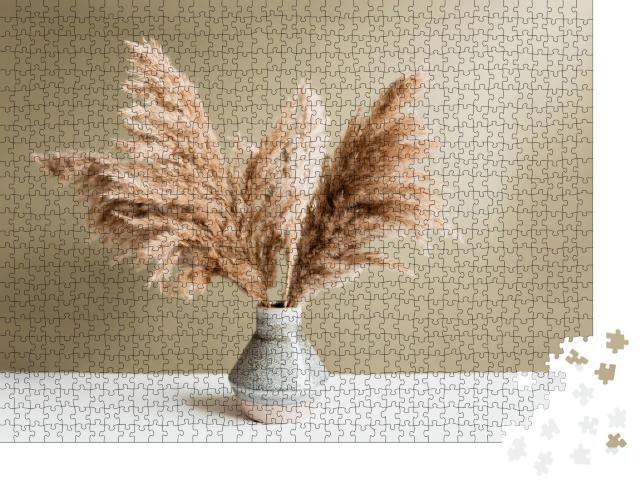 """Puzzle 1000 Teile """"Pampasgras in einer Vase vor einer grünen Wand"""""""