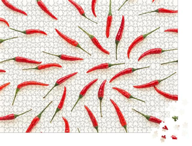 """Puzzle 1000 Teile """"Eine Menge von roten Chilischoten auf einem weißen Hintergrund"""""""