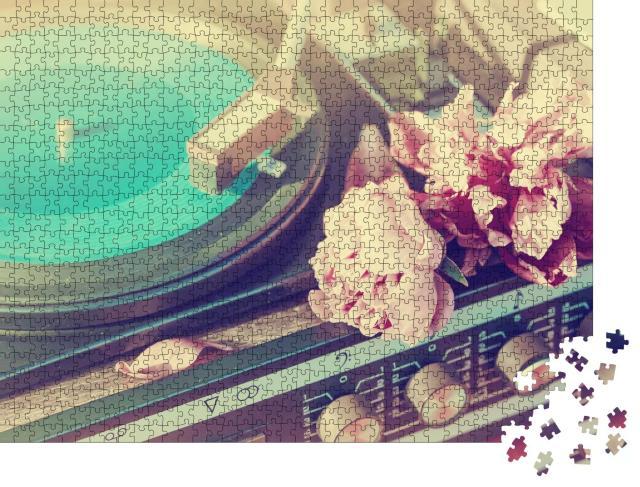 """Puzzle 1000 Teile """"Alter Vintage-Plattenspieler spielt eine Spur, Vinyl und Blumen"""""""