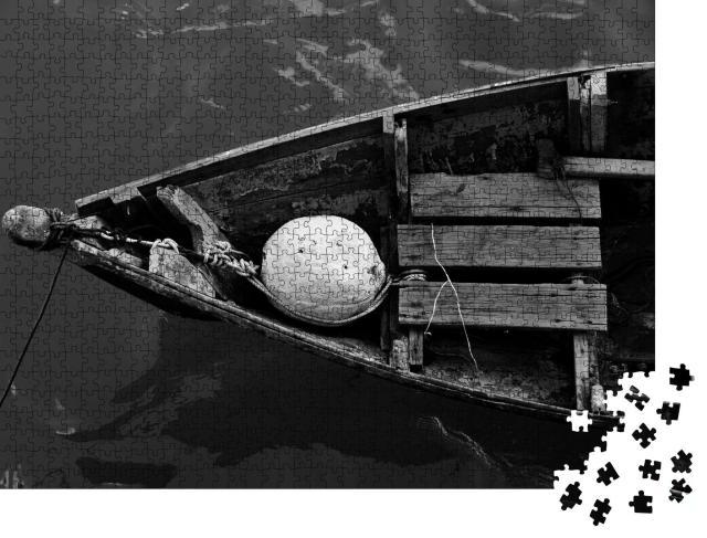 """Puzzle 1000 Teile """"Vertäutes altes Fischerboot, schwarz-weiß"""""""