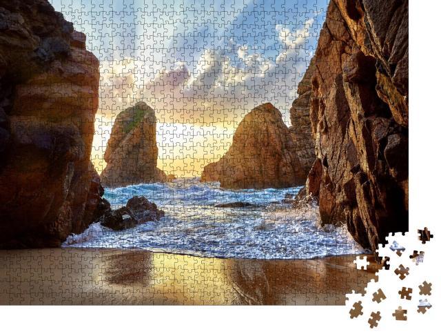 """Puzzle 1000 Teile """"Sandstrand zwischen Felsen am Abend, Kap Roca, Portugal"""""""