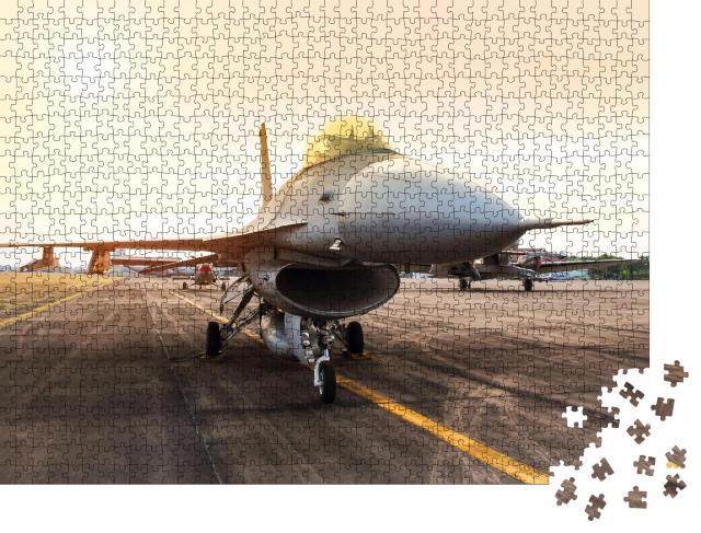 """Puzzle 1000 Teile """"Militärjet, geparkt im Sonnenuntergang"""""""