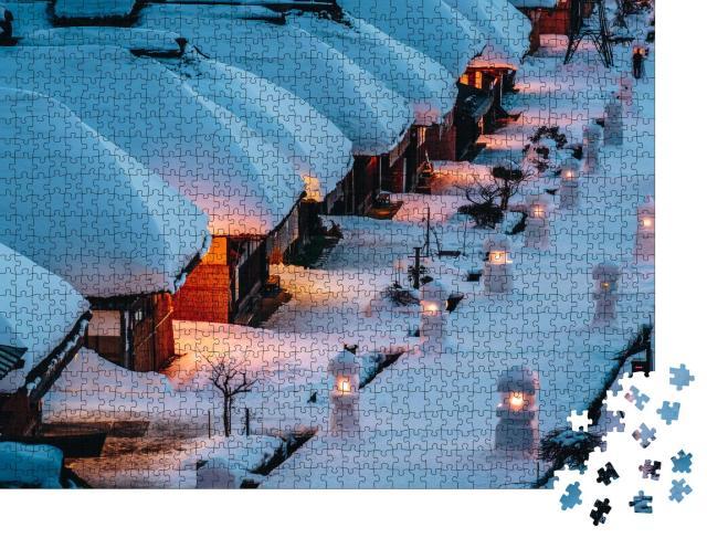 """Puzzle 1000 Teile """"Bezaubernde verschneite Strohdachhäuser im Dorf Ouchi Juku, Japan"""""""