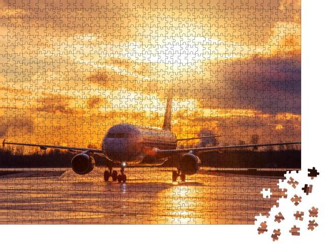 """Puzzle 1000 Teile """"Flugzeug auf der Landebahn im glühenden Sonnenuntergang"""""""