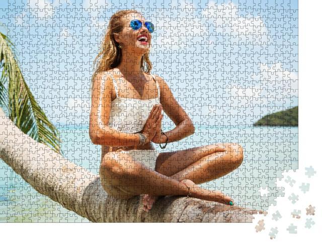 """Puzzle 1000 Teile """"Sommer-Lifestyle-Porträt: Junge Frau im tropischen Paradies"""""""