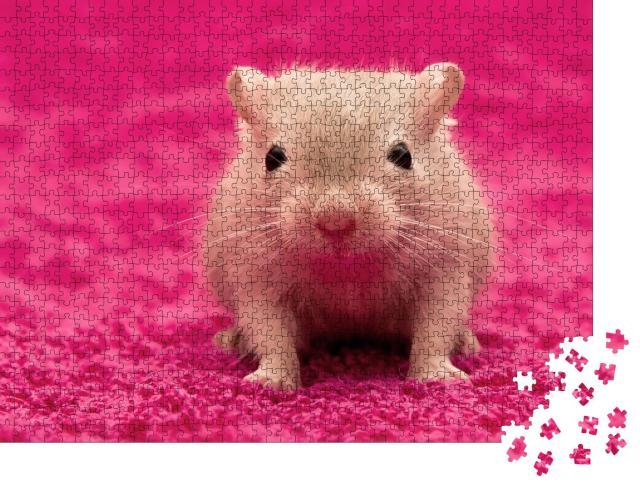 """Puzzle 1000 Teile """"Neugierige kleine Wüstenmaus auf pinkem kuscheligen Teppich"""""""