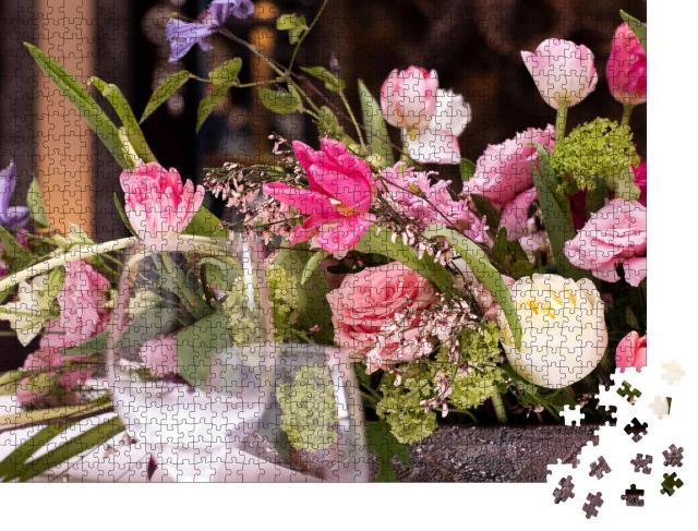 """Puzzle 1000 Teile """"Gesteck aus rosafarbenen Blumen mit Blättern auf dem Tisch"""""""