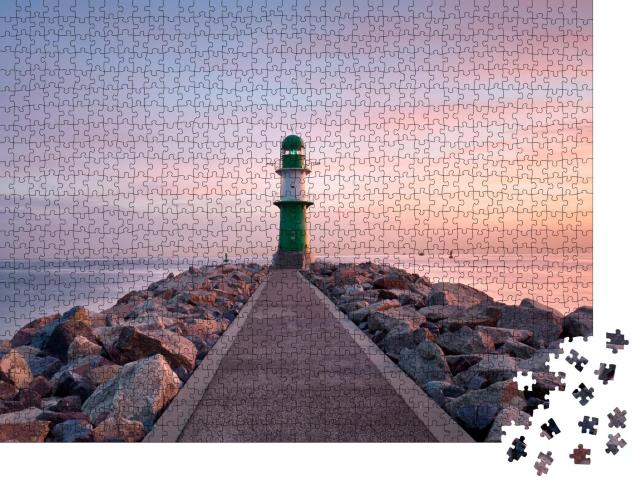 """Puzzle 1000 Teile """"Leuchtturm von Warnemünde bei Sonnenuntergang, Ostsee"""""""
