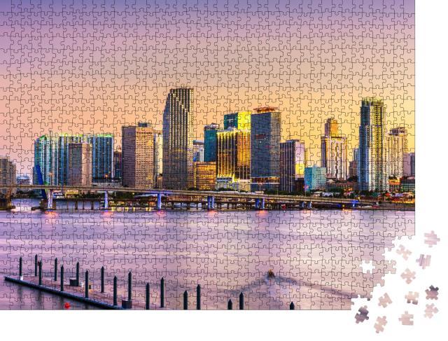 """Puzzle 1000 Teile """"Skyline von Miami an der Bisayne Bay in der Abenddämmerung, Florida"""""""